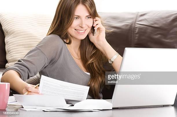 Femme travaillant à la maison.