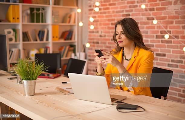 Donna che lavora in ufficio moderno.