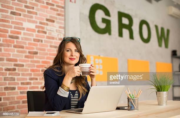 Frau arbeitet im modernen Büro.