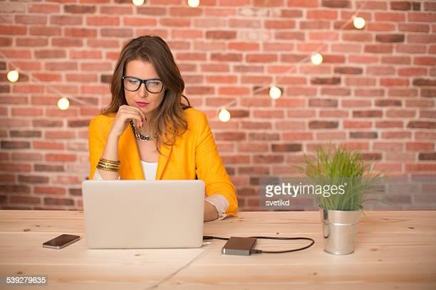 Femme travaillant au bureau moderne.