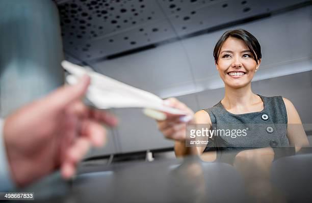 Frau arbeitet am Flughafen