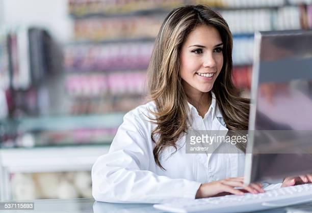 Mujer trabajando en el droguería que quieran
