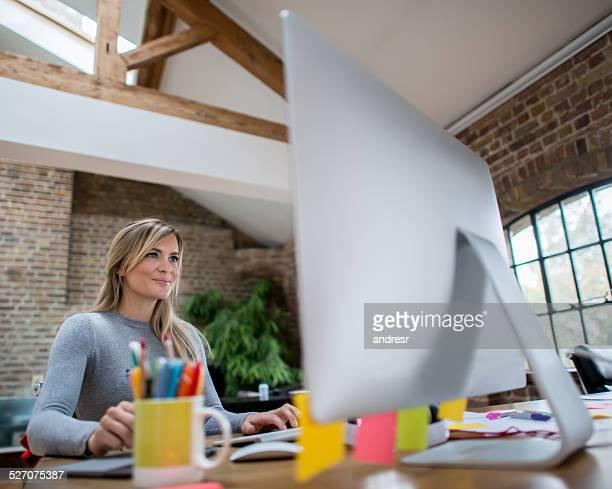 Frau arbeitet im Büro