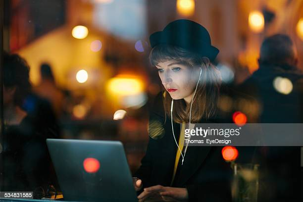 Mulher a trabalhar a partir de Café