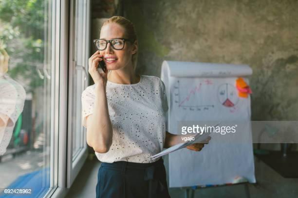 Frau Arbeiten in einem Büro