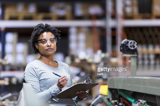 Femme travaillant en usine