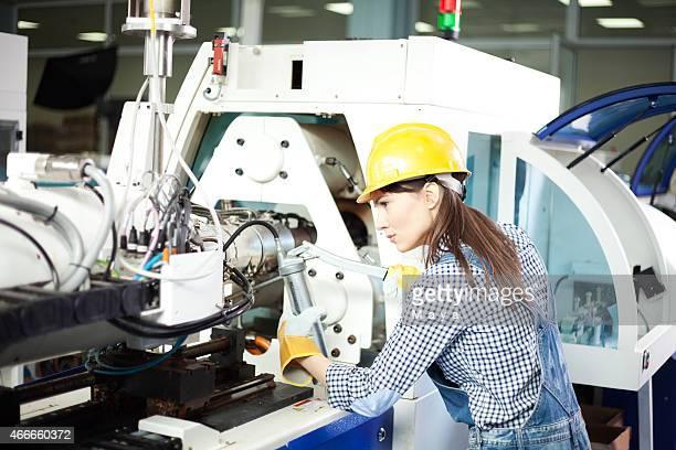 Mujer trabajando en la fabricación
