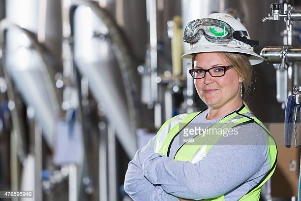 Frau arbeitet in manufacturing plant