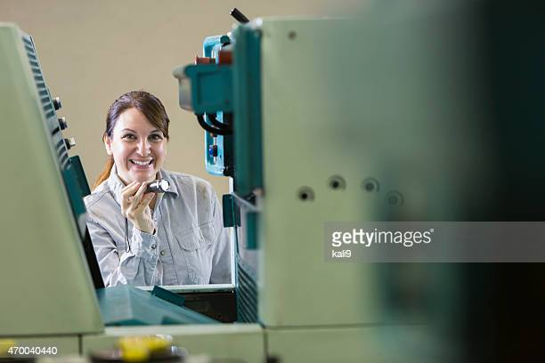 Frau arbeitet in Druckerei Kontrolle gerät