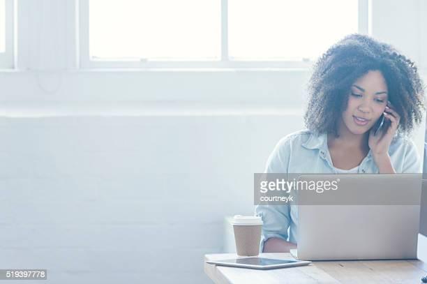 Frau am laptop arbeiten können.