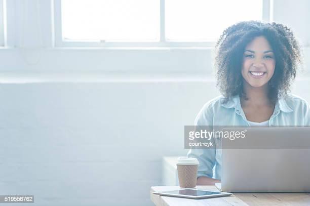Donna che lavora su un computer portatile.