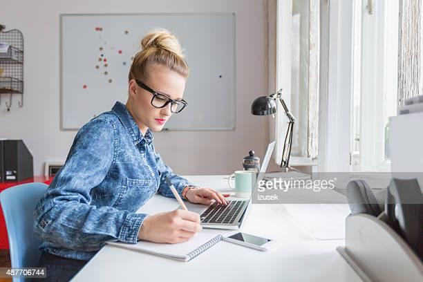 Frau, die auf computer im Büro