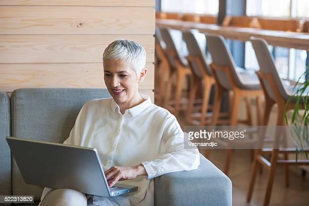 Frau arbeiten mit Laptop im Café