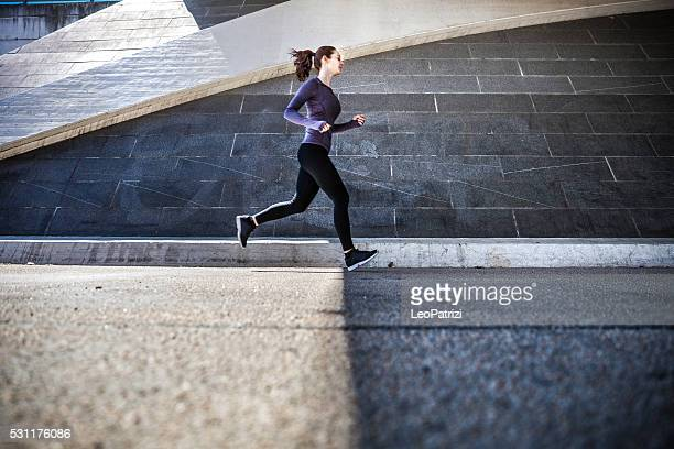 Frau trainieren Sie im Freien in der Stadt