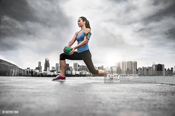 Donna di allenamento all'aperto nella città