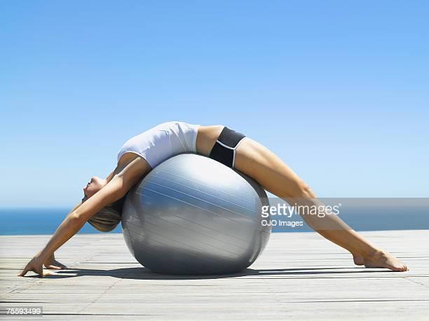 Frau Trainieren mit einem Fitness-ball