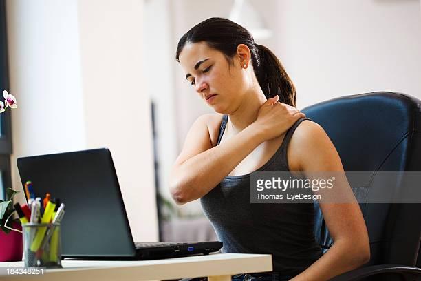 Frau arbeiten mit einer Rückenschmerzen