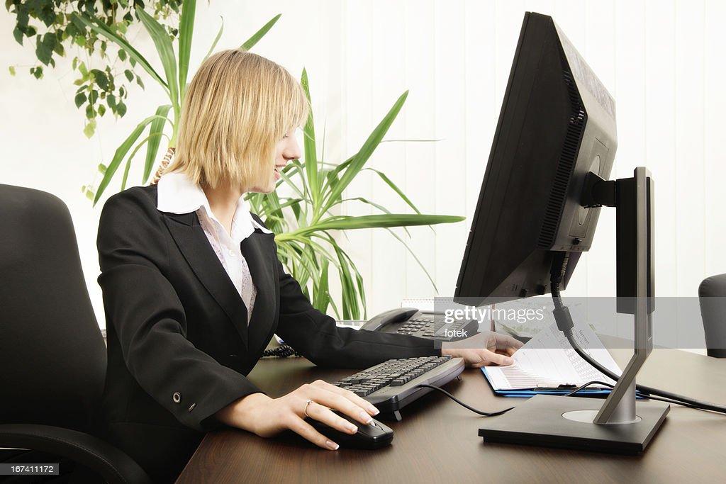 Donna che lavora con il computer : Foto stock