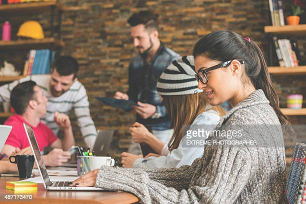 Femme travaillant avec vos collègues dans le bureau