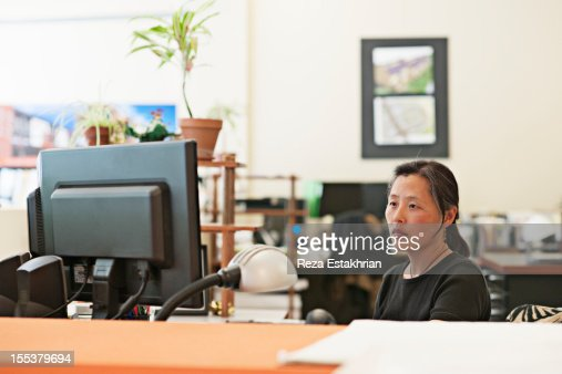Woman works at computer : Foto de stock