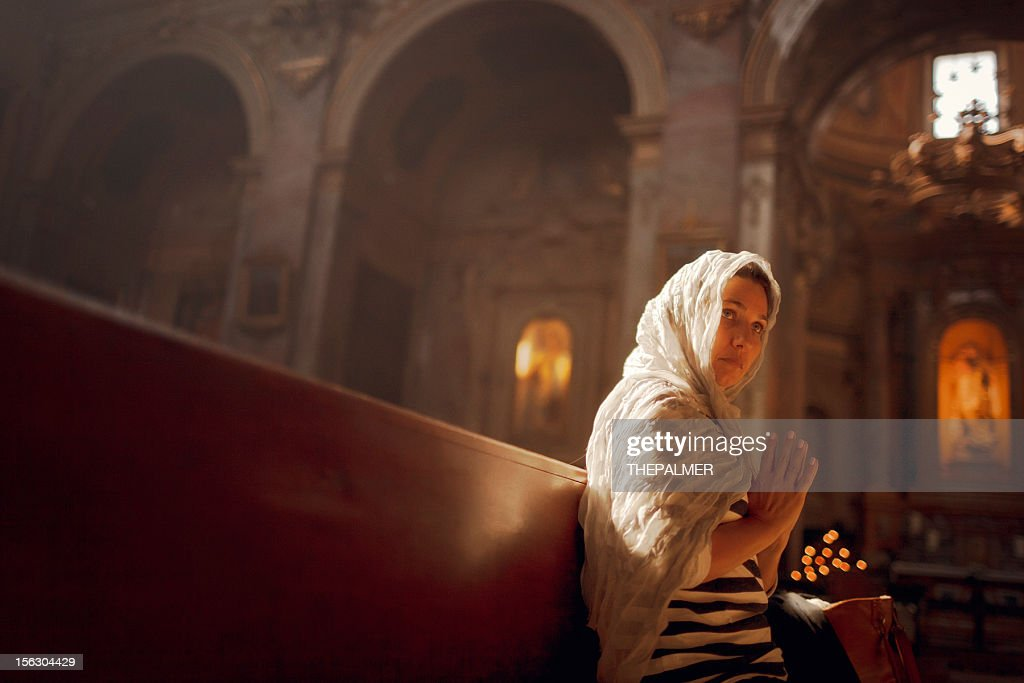 woman worships at a church : Foto stock