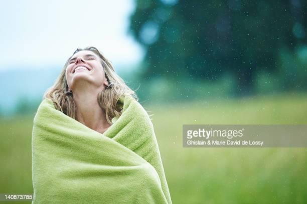Femme enveloppé dans une couverture en plein air