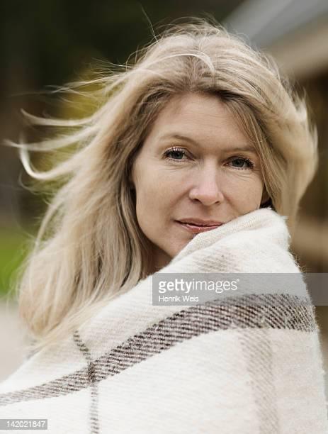 Donna avvolto in coperta all'aperto