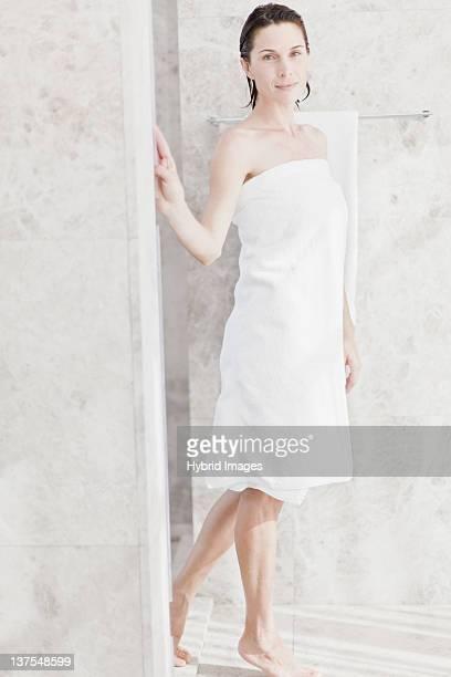 Frau mit Handtuch im Badezimmer