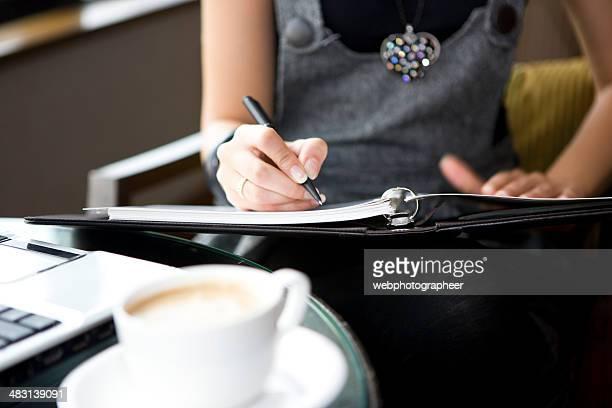 Donna scrivendo nel blocco note