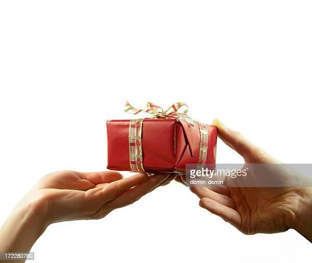 Donna e uomo donna mano holding, passa rosso regalo con nastro