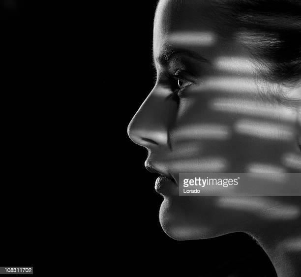 Visage de femme dans l'ombre