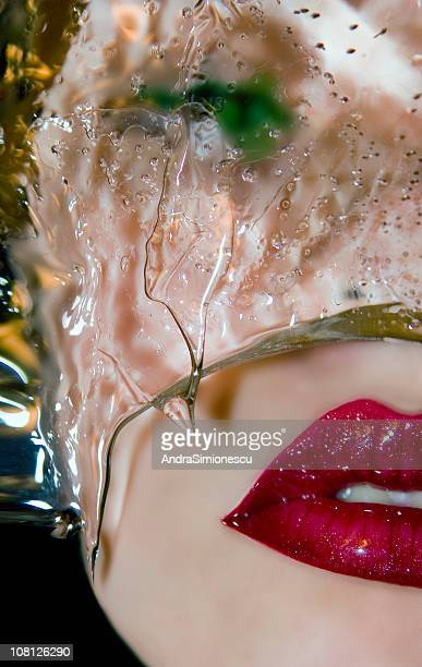 Frau Gesicht mit Glas Lippen