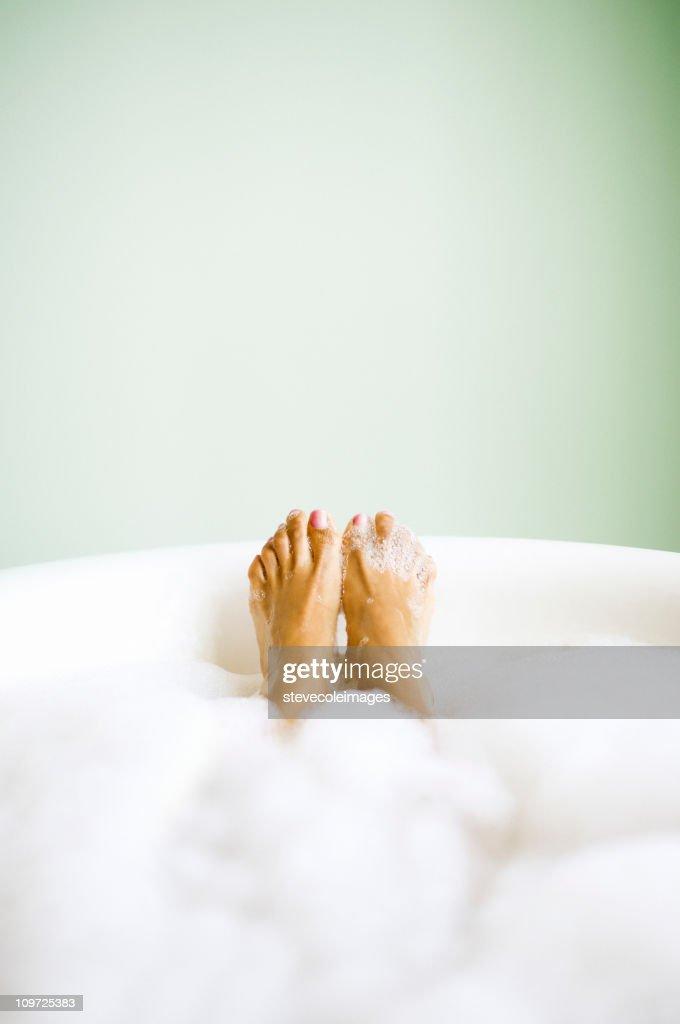 Pieds de femme de détente dans un bain moussant : Photo