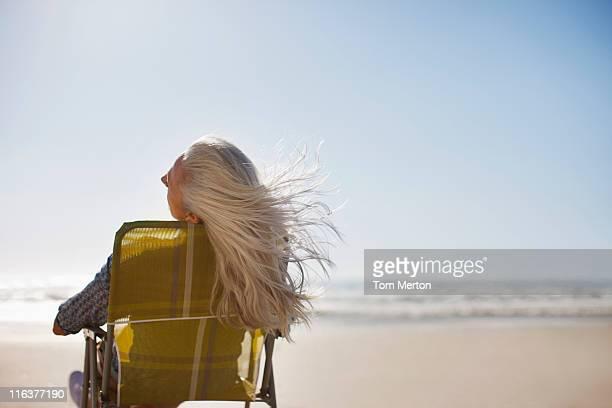 Womans Haar im wind am Strand