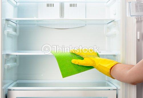 Kühlschrank Reinigen : Womans hand mit gelbe handschuhe reinigung lappen kühlschrank mit