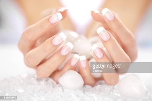 Mani di donna con cubetti di ghiaccio