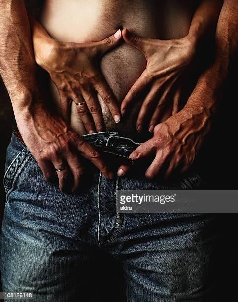 Womans Hände entlang Mann in den Bauch