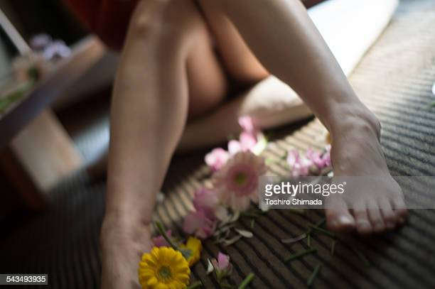 A woman's leg with daisy flowers