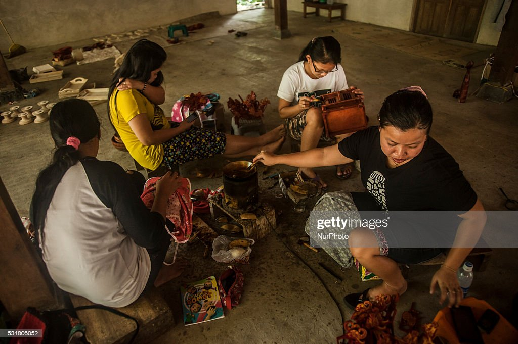 May 26, 2016. Art of wood carving sengon and combined with the batik ...