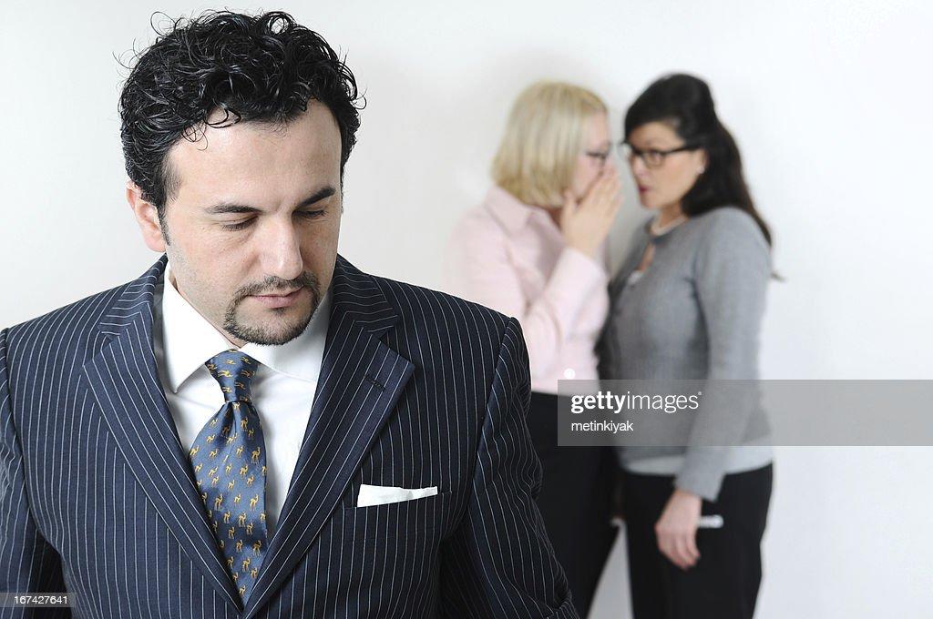 Womans cuchicheaban sobre ejecutivo : Foto de stock