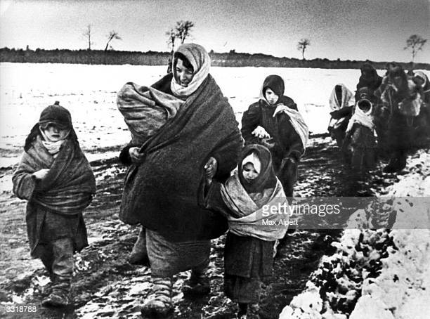 Women and children walking to eastern Russia after the German invasion