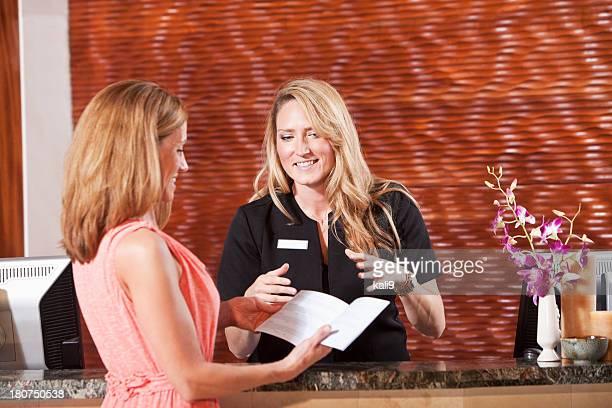 Femmes au bureau de réception de l'hôtel