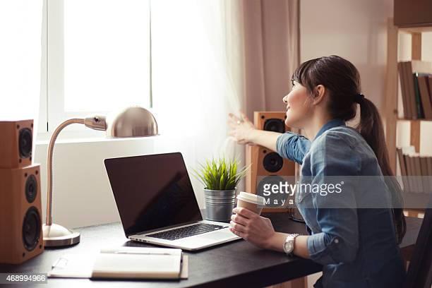Donna in casa ufficio moderno.