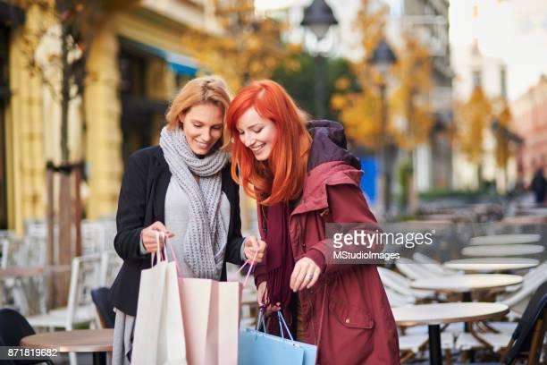 Kvinnor på shopping.