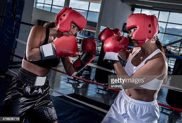 Femmes dans le ring de boxe