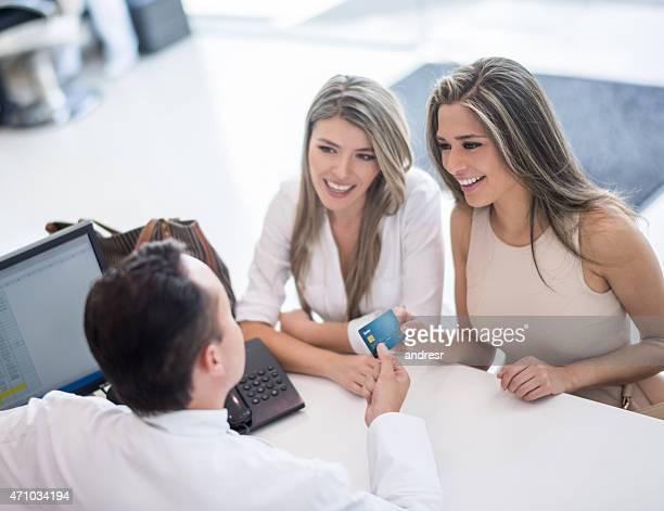 Frauen im Friseursalon Zahlung mit Kreditkarte