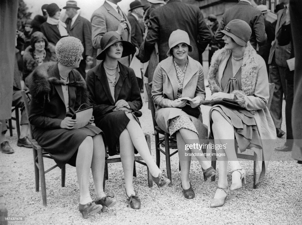 Women at the horse race in Longchamp/France. About 1930. Photograph. (Photo by Imagno/Getty Images) Damen beim Pferderennen von Longchamp. Frankreich. Um 1930. Photographie.