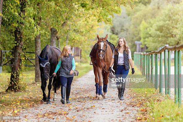 Frauen ihr Zuhause Pferde reiten