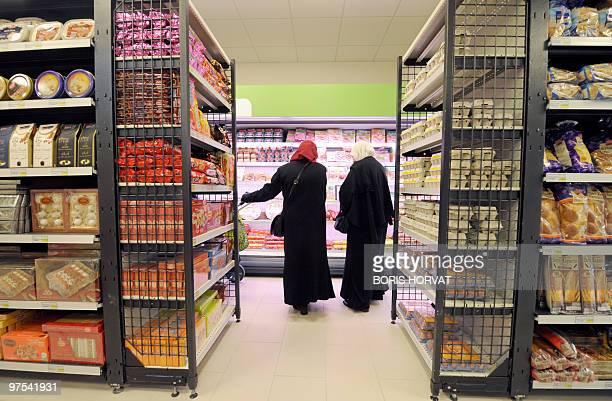 'UN COMMERCE HALAL D'UN NOUVEAU GENRE OUVRE SES PORTES EN REGION PARISIENNE' Women buy food at 'Hal' shop' a supermarket selling halal food in...