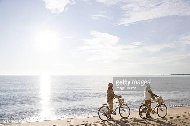 Frauen am Meer mit Fahrräder